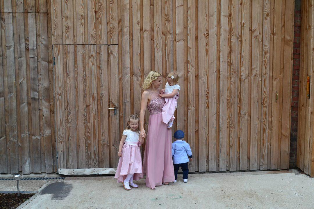 Hochzeitsgast mit Kleinkindern